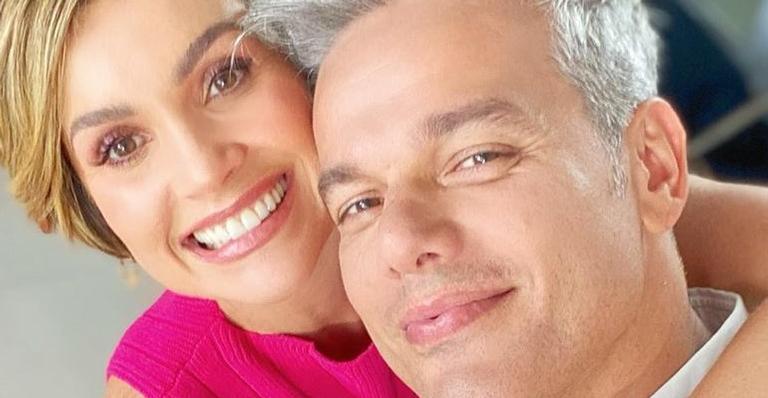 O casal aproveitou o pôr do sol em um cenário paradisíaco