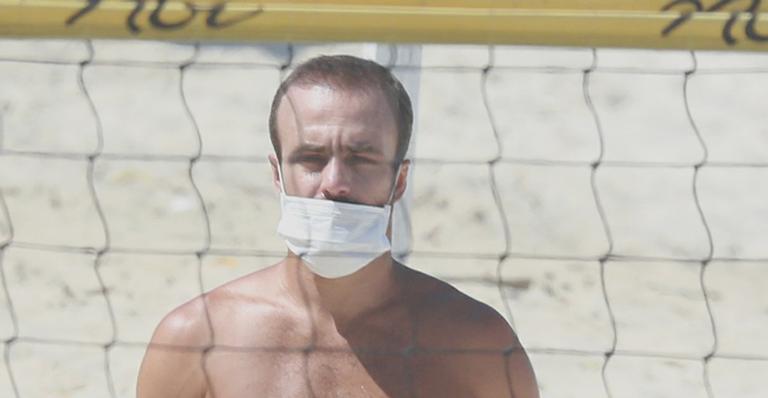 Comentarista do Grupo Globo foi flagrado de bermudinha e sem camisa nas areias cariocas