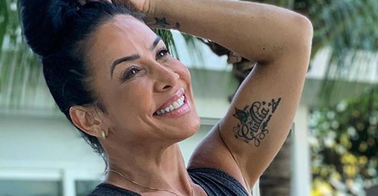 Com o mesmo físico dos tempos de É o Tchan, ela exibiu tatuagens e músculos em clique pós-treino