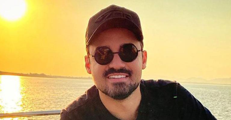 Ao surgir curtindo a vida, cantor sertanejo foi criticado e respondeu na mesma moeda