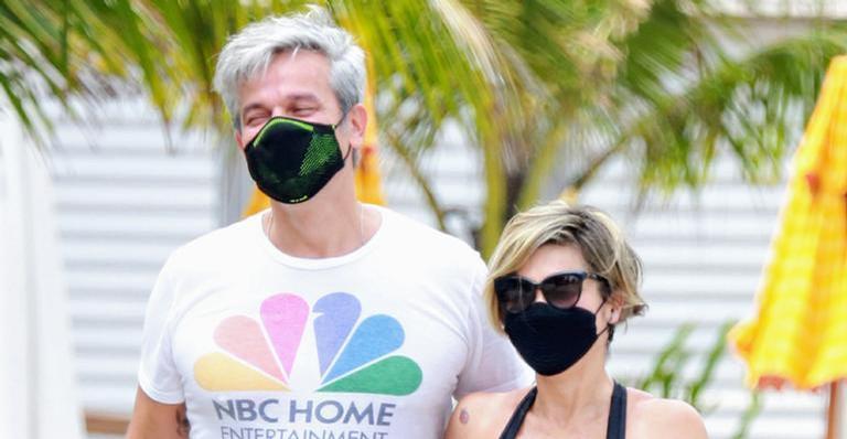 O casal estavam utilizando máscaras para se proteger da Covid-19