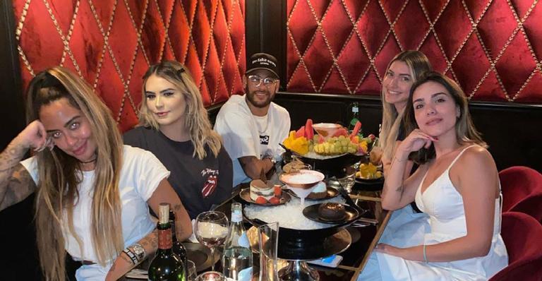 Jogador surge ao lado de Rafaella Santos e mais três amigas em restaurante
