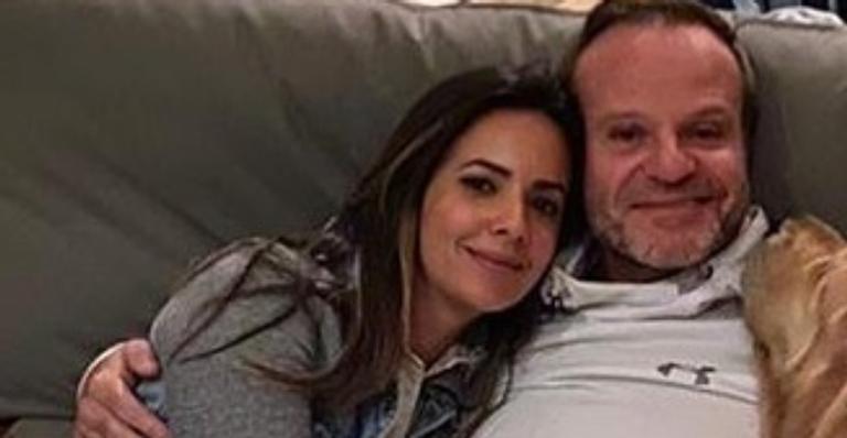 Discreta com a vida amorosa, casal posou juntinho em clique romântico e conquistaram os fãs