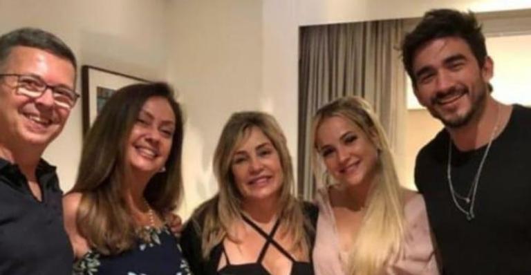 Ex-casal causa alvoraço após surgir em clique ao lado dos pais de Gui e da mãe de Gabi