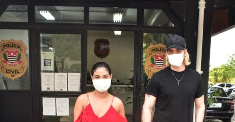 Com máscara de proteção, ex-BBB é clicada ao lado do namorado, Caio César
