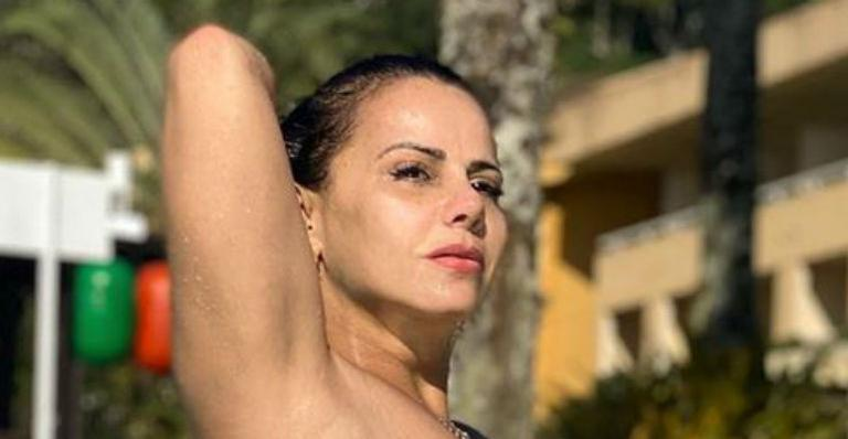 Ela elevou a temperatura da web ao esbanjar beleza e ótima forma aos 45 anos