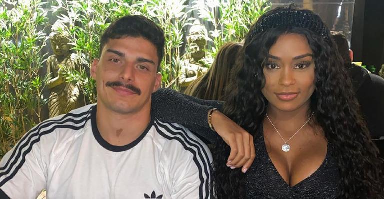 Namorando há pouco mais um mês, cantora deixa fãs confusos após anunciar casamento