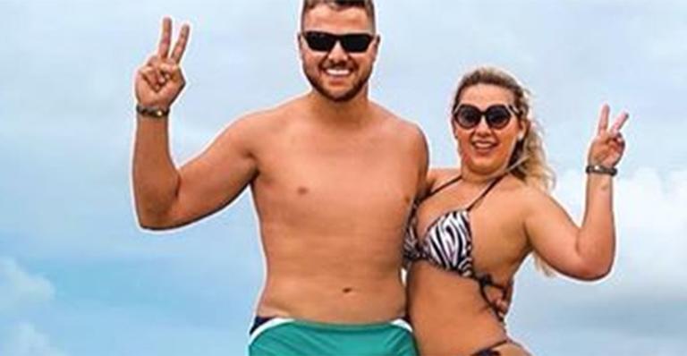 Foto do sertanejo ao lado da esposa deixou os fãs perplexos nas redes sociais