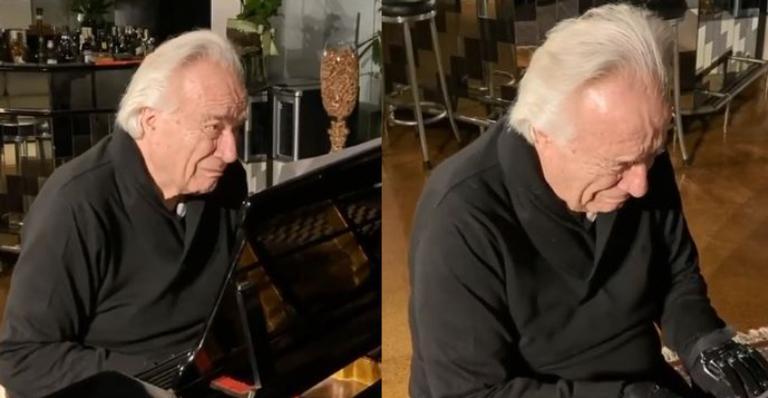 Músico comoveu os internautas com lágrimas após conseguir tocar piano novamente