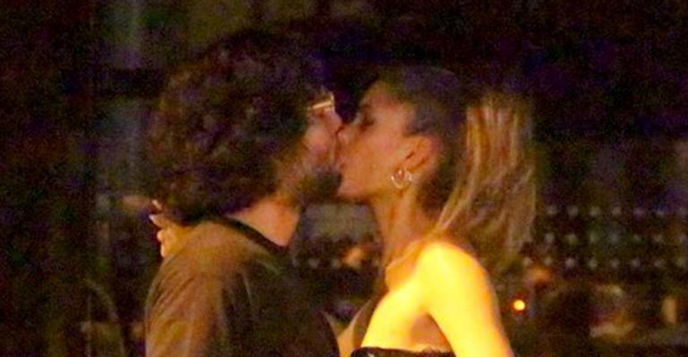 Mãe da netinha da cantora, a modelo Laura Fernandez foi clicada aos beijos no Rio