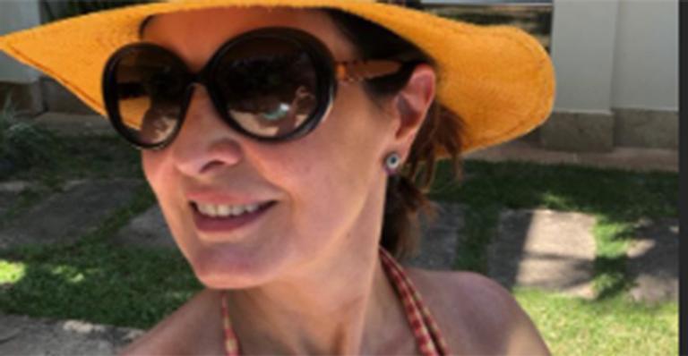 Feliz, ela surgiu estilosa com óculos e chapéu; boa forma surpreendeu fãs