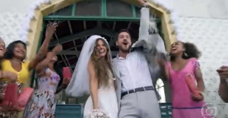 Depois de tentar fugir para o Rio de Janeiro e terminar o noivado, a sereia e o caminhoneiro se casam