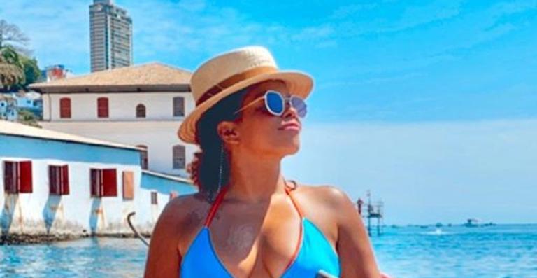Durante viagem a Salvador, atriz esbanja boa forma e arranca suspiros dos seguidores