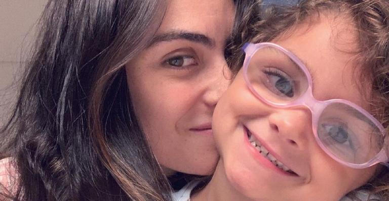 Esposa de Felipe Simas relatou dificuldade na maternidade após diagnóstico da herdeira e comoveu fãs