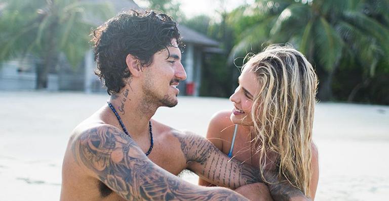 O surfista e a modelo curtiram um dia de sol no maior chamego e demonstraram muito amor na web
