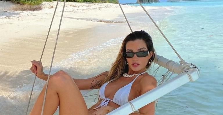 A modelo está curtindo as merecidas férias ao lado do maridão, Fernando Medeiros