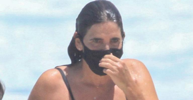 Em forma, atriz global cumpriu rotina de exercícios e se refrescou em um merecido banho de mar