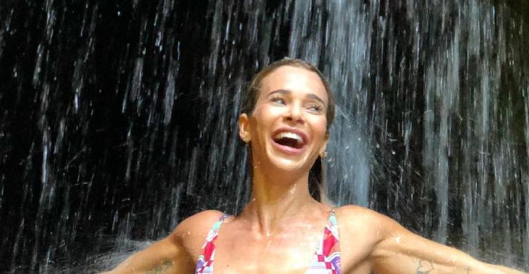 Mamãe de primeira viagem deixou críticos calados ao exibir físico impecável durante banho de cachoeira