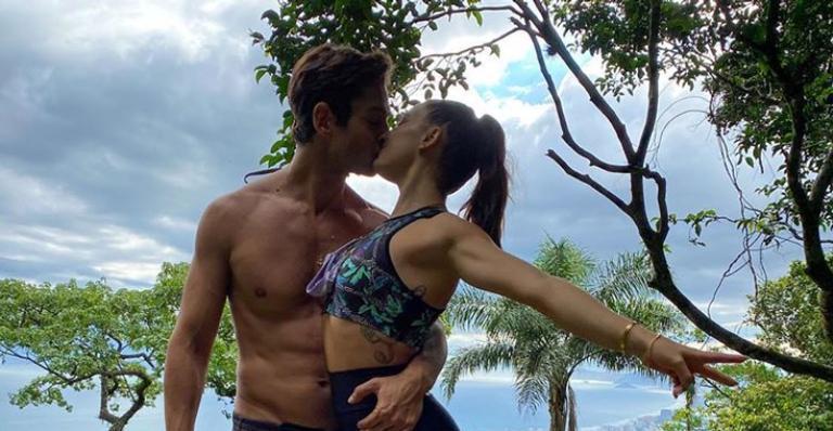 Em clique raro, atriz surge trocando beijão com o pai de seu filho, André Resende