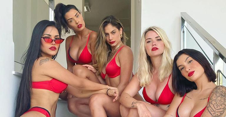 Grupo de ex-sisters combinou lingerie sexy ao posar para clique em festa íntima