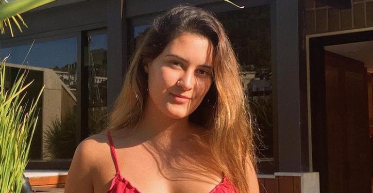 Beatriz Bonemer travou a web ao mostrar físico magérrimo durante dia de piscina em casa
