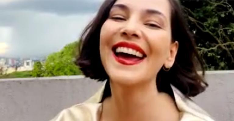 Protagonista da potente 'Bom dia, Verônica', atriz dedica prêmio à sororidade entre as mulheres