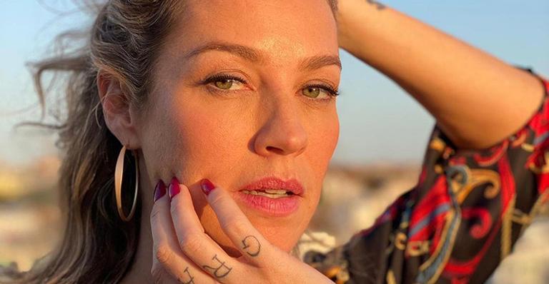 A atriz empinou para a câmera enquanto era fotografada pelo novo parceiro em uma viagem a Porches, em Portugal