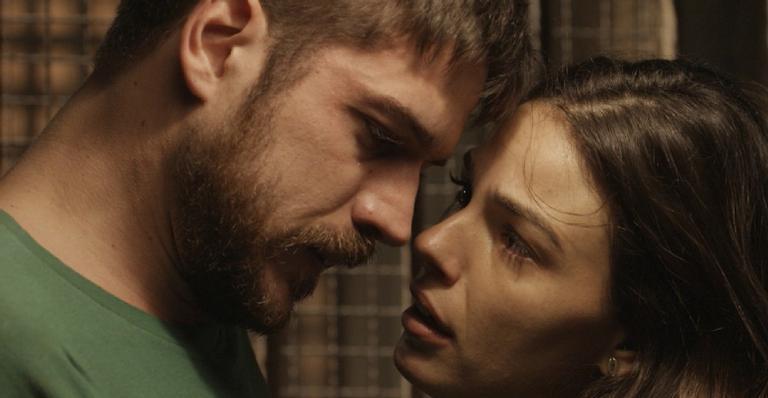 A esposa de Ruy tenta fazer com o que o ex retire a queixa contra ela, mas os dois acabaram se beijando; confira!