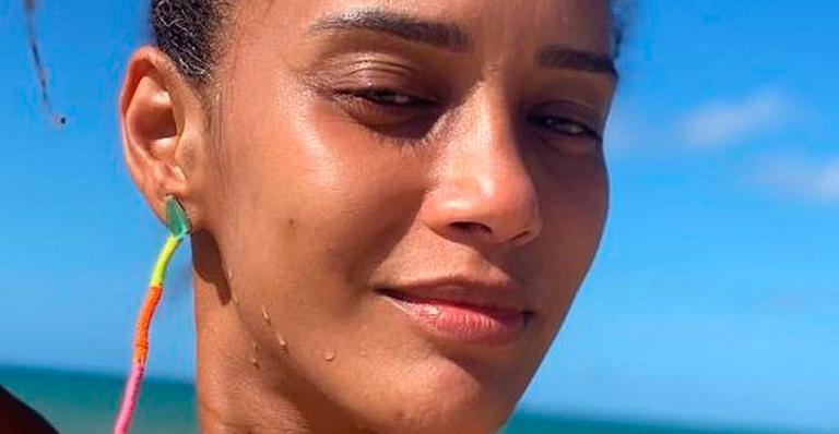 Sem maquiagem e retoques, atriz ostentou juventude em cliques ensolarados; veja