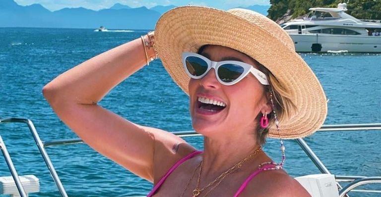 A atriz chamou atenção após surgir utilizando apenas um micro biquíni rosa