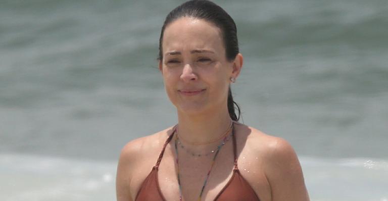 Boa forma da filha de Regina Duarte durante banho de mar atraiu olhares em praia no Rio