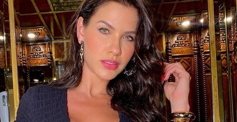 Deslumbrante e com um decote explosivo, ela posou fazendo carão ao se hospedar em hotel de luxo no Rio