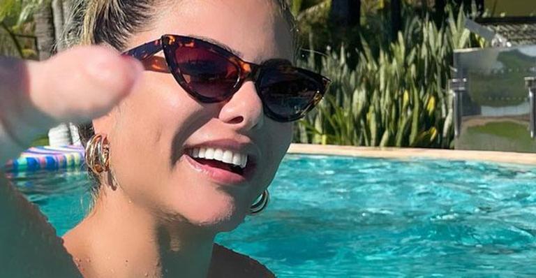 Deslumbrante, Poliana Rocha exibiu seu corpo violão ao se bronzear na piscina de fazenda do sertanejo