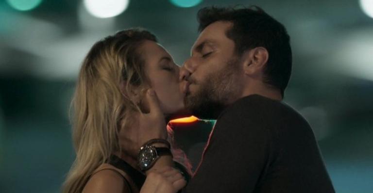 Depois de descobrir traição de Zeca, a policial decide terminar o romance e acaba tendo uma noite especial; confira!