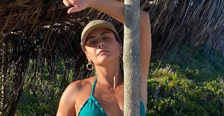 Sem filtros e sem retoques, atriz exibiu um corpo de mocinha ao posar em praia paradisíaca
