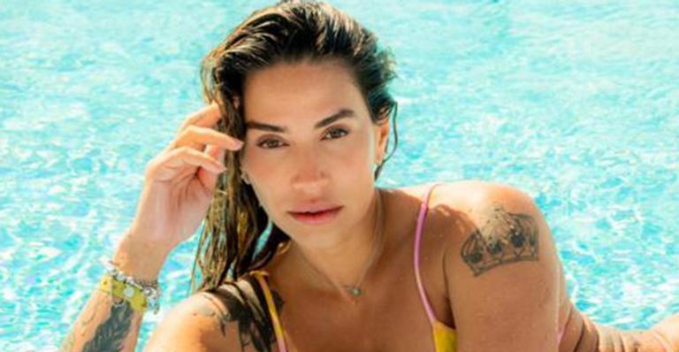 Conhecida pelo corpão tatuado, ela posou de frente e de costas com um biquíni tamanho PP