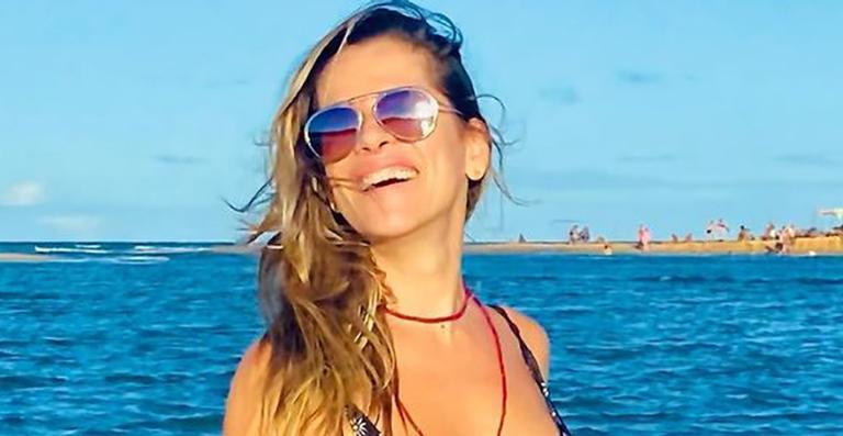 De férias na Bahia, a atriz posou só com a roupa de banho e mostrou boa forma em um cenário paradisíaco
