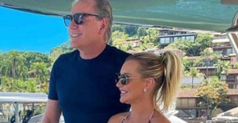Em momento inusitado, Vicky Justus apareceu em clique ao lado dos pais em embarcação de luxo