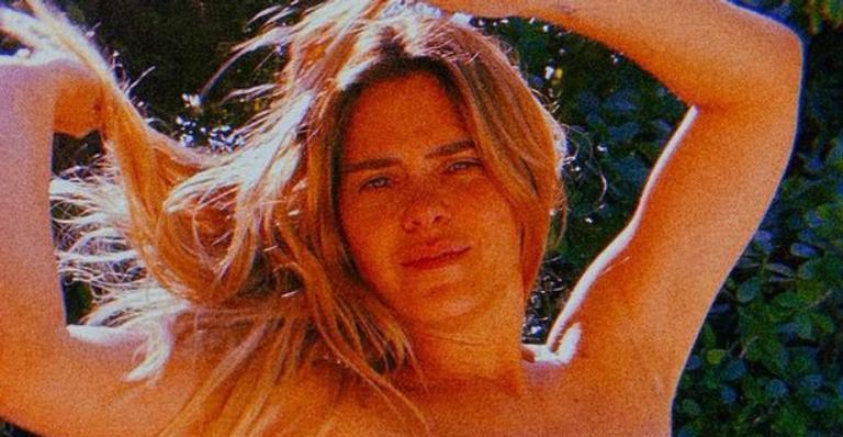 Aos 42 anos, a atriz esbanjou sua beleza natural em cliques arrasadores na beira da piscina; confira!