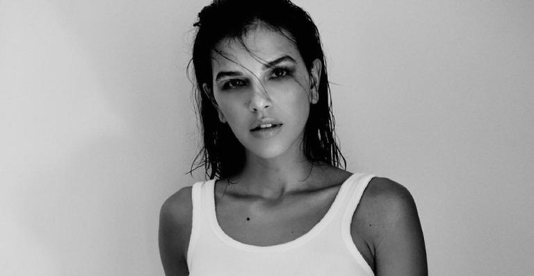 Com top mínimo, atriz abusa da sensualidade e ostenta curvas impecáveis em nova publicação