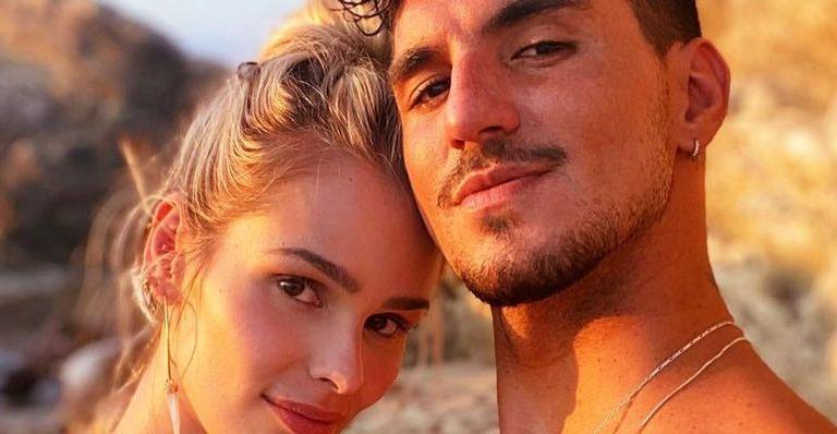 Rumores de possível rompimento entre o surfista e a namorada tomaram conta da web, mas modelo esclarece