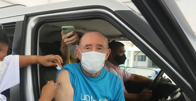 Ator recebe primeira dose da vacina no Rio de Janeiro e não esconde emoção com o momento