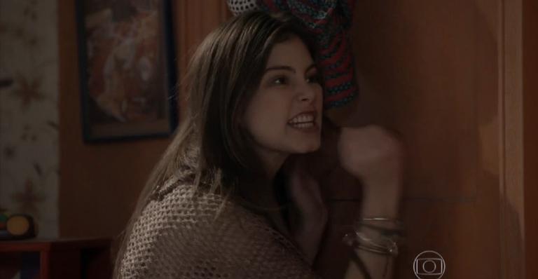 A filha de Gael não aceitará ficar presa em casa e se arriscará tentando descer pela sacada; confira!